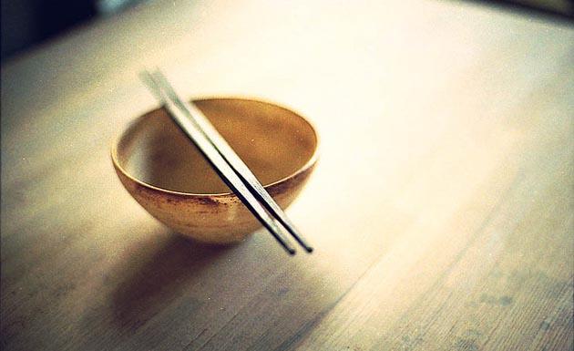 Plato hondo de arroz y palillos