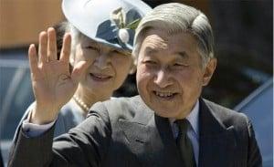 El emperador de Japón saludando al público