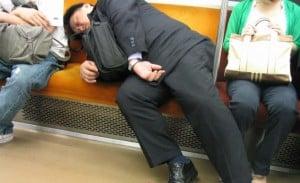 salaryman dormido en el metro