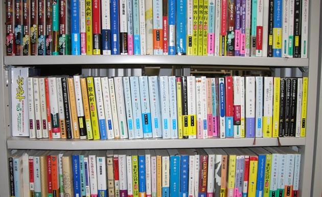 estante con libros japoneses