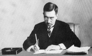 Emperador Hirohito firmando la Constitución de 1947