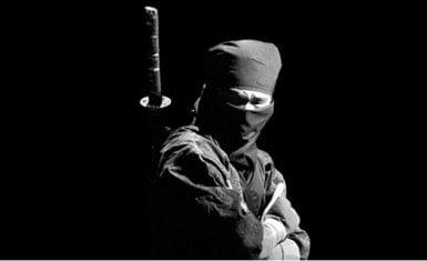 Fotografía de ninja a blanco y negro