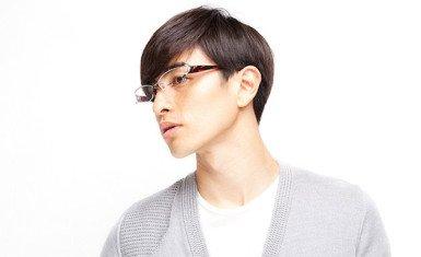 japonés con lentes