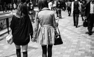 japonesas tomándose de las manos