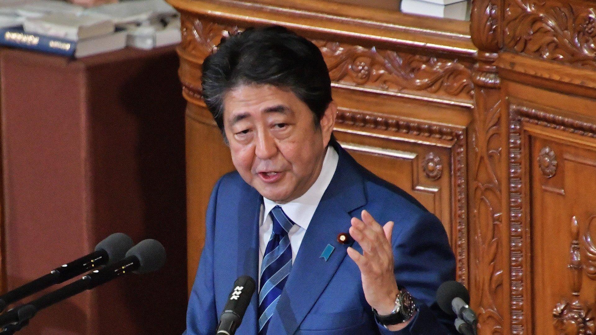 El primer ministro de Japón, Shinzo Abe presentando la reforma a la política migratoria
