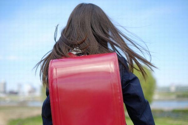 estudiante regresando a casa