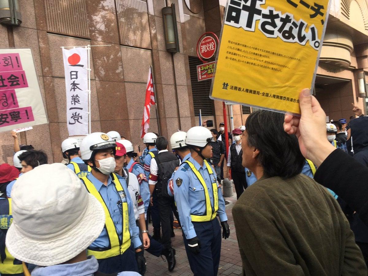 Hubo enfrentamientos de grupos en contra del racismo y los manifestantes.